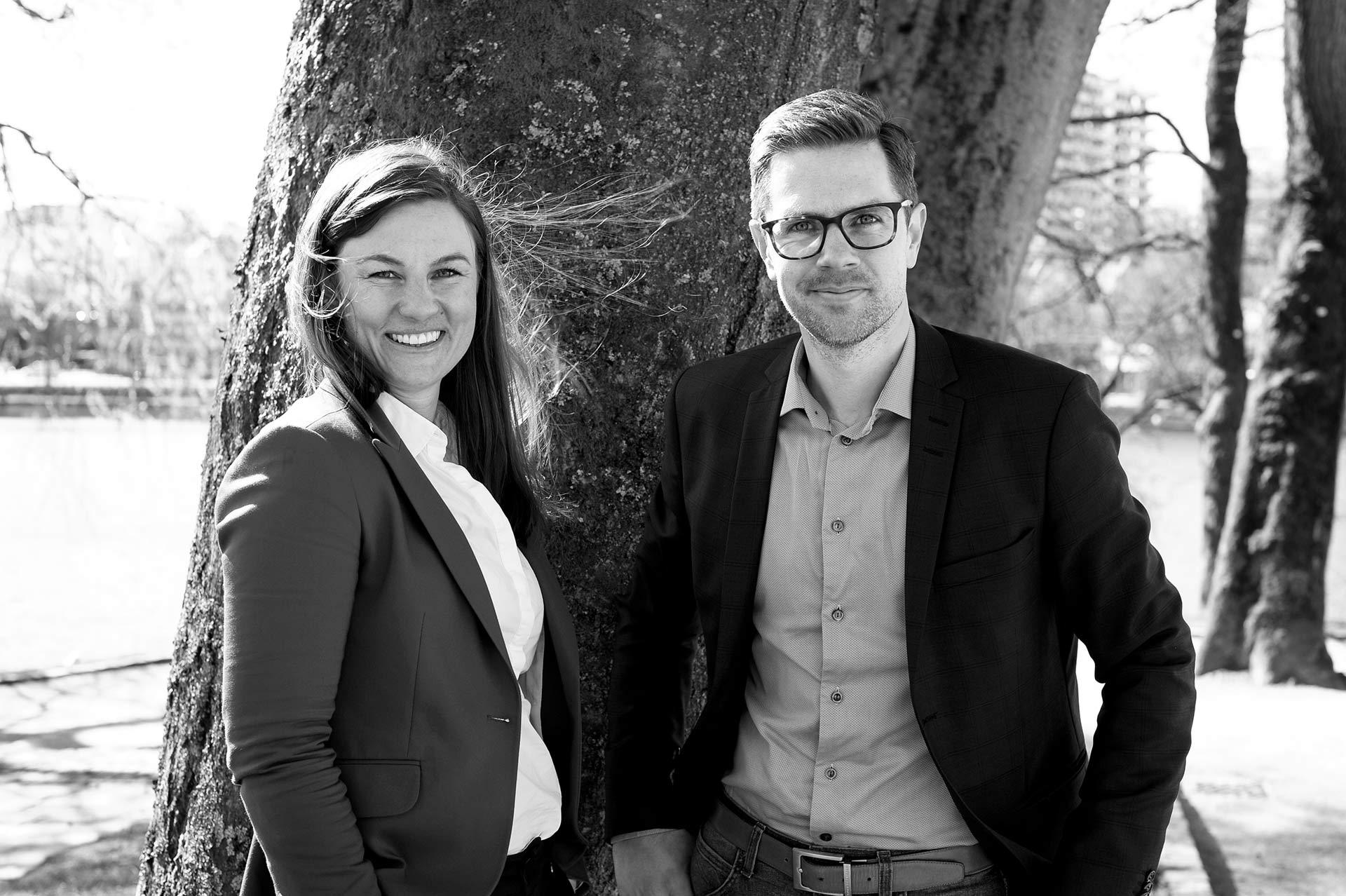 Bilde av selger Carina Kaldheim og markedssjef Roy Klungtvedt forran et tre.